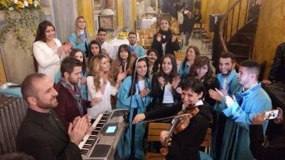 Keldani Korosu ayinden sonra Papa'ya seslerini duyurmak için coşkulu bir ilahi söylüyor